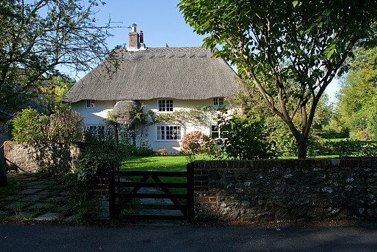 Image of a pretty thatched cottage.